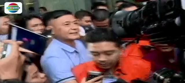 Kementerian dalam negeri tetap akan menunggu proses hukum yang berjalan di KPK untuk menonaktifkan Adriatma Dwi Putra sebagai walikota.