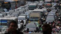 Imbas uji coba penghapusan sistem 3 in 1 di Jakarta, sejumlah jalan nonprotokol pun macet parah, Jakarta, Selasa (5/4). Pasalnya, kendaraan di sejumlah jalan yang ada masuk kawasan 3 in 1 itu menjadi tak teratur. (Liputan6.com/Johan Tallo)