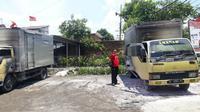 Dua truk milik warga yang sedang terparkir didepan rumah di kawasan Desa Wonoayu Sidoarjo terbakar misterius. (Liputan6.com/Dian Kurniawan)
