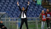 Pelatih Lazio, Simone Inzaghi menginstruksikan pemainnya saat bertanding melawan AC Milan pada laga Serie A Italia di stadion Olimpiade Roma (25/11). AC Milan dan Lazio bermain imbang 1-1. (AP Photo/Gregorio Borgia)