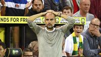 Pelatih Manchester City, Pep Guardiola, tampak kecewa usai ditaklukkan Norwich City pada laga Premier League di Stadion Carrow Road, Sabtu (14/9). Norwich City menang 3-2 atas Manchester City. (AP/Joe Giddens)
