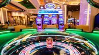 Mesin game terlihat di kasino resor MGM Cotai di Macau (13/2). MGM China membuka resor mega multi-miliar dolar baru di strip Cotai yang mewah di Macau menyusul beberapa penundaan pada proses persetujuan pemerintah. (AFP Photo/Anthony Wallace)