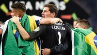 Kiper Porto, Iker Casillas bersama rekannya merayakan juara Liga Portugal di stadion Dragao (6/5). Gelar juara ini menjadi gelar juara Liga Portugal ke-28 bagi Porto setelah mereka unggul empat poin atas Benfica dan Sporting CP. (AFP Photo/Miguel Riopa)