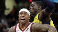 Guard Cleveland Cavaliers Isaiah Thomas (kiri) melewati penggawa Indiana Pacers pada laga NBA di Quick Loans Arena, Jumat (26/1/2018) atau Sabtu (27/1/2018) WIB. (AP Photo/Tony Dejak)