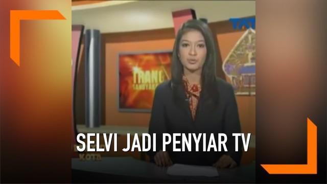Sebuah video lawas sosok menantu Jokowi, Selvi Ananda beredar di media sosial. Menunjukkan saat Selvi masih menjadi penyiar TV lokal, lengkap dengan bahasa Jawa krama Inggil atau bahasa Jawa halus.