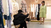 Pedagang memotret seorang model di sebuah toko pakaian di pasar garmen yang ada di Zhuzhou, China, 2 Maret 2020. Sejumlah besar toko pakaian dan pedagang garmen di Zhuzhou melakukan penjualan daring untuk melanjutkan pekerjaan selama memerangi wabah virus corona (Xinhua/Chen Sihan)