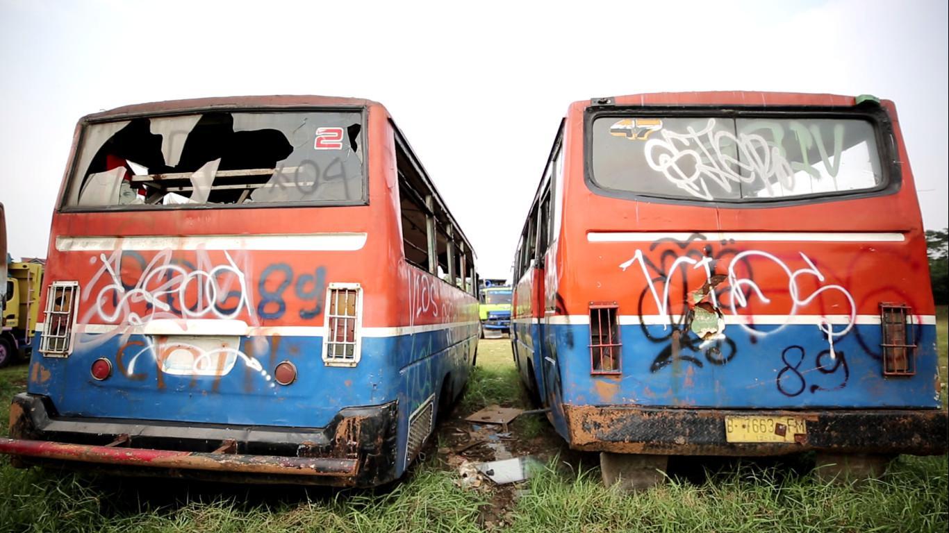 Bangkai bus metromini di terminal pengandangan Rawa Buaya, Jakarta Barat (Liputan6.com/Balgoraszky Arsitide Marbun)