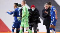Manajer Everton, Carlo Ancelotti, menghampiri striker timnya, Dominic Calvert-Lewin, yang berhasil menyelamatkan tim dari kekalahan saat menghadapi Manchester United di Old Trafford, Minggu (7/2/2021) dini hari WIB. Everton bermain imbang 3-3 dengan Manchester United. (ALEX PANTLING / POOL / AFP)