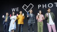 CEO Asus Jerry Shen (berbatik kuning) bersama brand ambassador Asus Zenfone Series di peluncuran Zenfone 4 Selfie series di Jakarta, Rabu (25/10/2017). (Liputan6.com/ Agustin Setyo W).