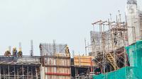 Suasana proyek pembangunan konstruksi LRT dan gedung bertingkat di Jakarta, Selasa (17/11/2020). Pandemi COVID-19 yang terjadi sejak awal tahun menurunkan konsumsi dan utilitas industri baja konstruksi dan baja ringan konstruksi. (Liputan6.com/Angga Yuniar)