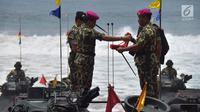 Panglima TNI Marsekal Hadi Tjahjanto (kiri) mendapat baret ungu dari Komandan Korps Marinir Mayor Jenderal TNI (Mar) Bambang Suswantono sebagai tanda menjadi warga kehormatan Korps Marinir di Malang, Jatim, Kamis (22/2). (Liputan6.com/HO/Marinir TNI-AL)