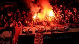 Suporter United Red menyalakan kembang api dan bersuka cita ketika Michael Owen dan kawan kawan berhasil menjebol gawang Indonesia Red (Liputan 6.com/Helmi Fithriansyah).