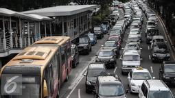 Sejumlah kendaraan terjebak kemacetan di jalur 3 in 1 di Jalan Jenderal Sudirman, Jakarta, Selasa (10/5). Pemprov DKI Jakarta secara resmi akan menghapus aturan jalur 3 in 1 pada Senin (16/5). (Liputan6.com/Faizal Fanani)