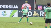 Pemain Persebaya, Fandi Eko Utomo (kiri) saat melakukan pemanasan pada sesi latihan tim jelang laga Gojek Liga 1 bersama Bukalapak di Stadion PTIK, Jakarta, Senin (25/6/2018). Persebaya akan melawan Persija 26 Juni 2018. (Bola.com/Nick Hanoatubun)