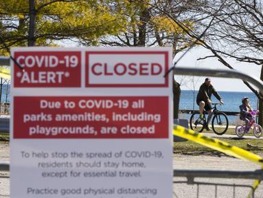 Warga bersepeda di dekat taman yang ditutup di Toronto, Kanada, Kamis (2/4/2020). Hingga Kamis (2/4/2020) pagi waktu setempat, Kanada melaporkan 10.132 kasus virus corona COVID-19 dengan jumlah kematian meningkat menjadi 127 jiwa. (Xinhua/Zou Zheng)