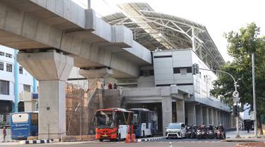 Kendaraan menunggu lampu merah di sekitar Stasiun MRT ASEAN di Jakarta, Kamis (4/4). Pemprov DKI Jakarta menargetkan pembangunan skybridge yang menghubungkan Stasiun MRT ASEAN dengan halte transjakarta CSW di koridor 13 rampung pada Oktober 2019. (Liputan6.com/Immanuel Antonius)