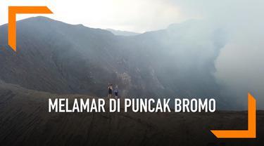 Seorang pria asal Kanada melamar kekasihnya di puncak Gunung Bromo, Jawa Timur. Meski terdengar romantis, tapi bila diperhatikan, proses lamaran ini cukup bikin deg-degan. Sebab, keduanya berdiri di ketinggian 7,641 kaki di atas permukaan laut. Di ta...