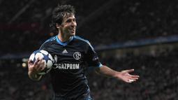 Raul Gonzalez. Striker asal Spanyol ini mencetak gol ke-70 saat berseragam Schalke setelah sebelumnya mencetak 66 gol bersama Real Madrid. Total membutuhkan 139 penampilan untuk mencetak 70 gol. (AFP/Patrik Stollarz)