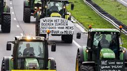 Para petani mengendarai traktor mereka sambil memblokir sepanjang jalan raya utama di Belanda, Selasa (1/10/2019). Mereka merencanakan protes di Den Haag untuk menyuarakan ketidakadilan karena disalahkan atas masalah polusi nitrogen yang terjadi negara itu. (Vincent Jannink/ANP/AFP)
