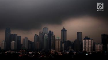 Awan hitam menyelimuti langit Jakarta, Senin (3/12). Badan Meteorologi Klimatologi dan Geofisika (BMKG) memprediksi Jakarta akan selalu diguyur hujan hingga awal tahun 2019. (Liputan6.com/JohanTallo)