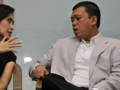 Komisi 9 DPR RI Rieke Dyah Pitaloka, bersama Kepala BNP2TKI, Nusron Wahid saat menjadi pembicara diskusi di Nusantara III, Kompleks Parlemen, Jakarta, Selasa (9/2). Diskusi tersebut membahas Perlindungan TKI di luar negeri. (Liputan6.com/Johan Tallo)