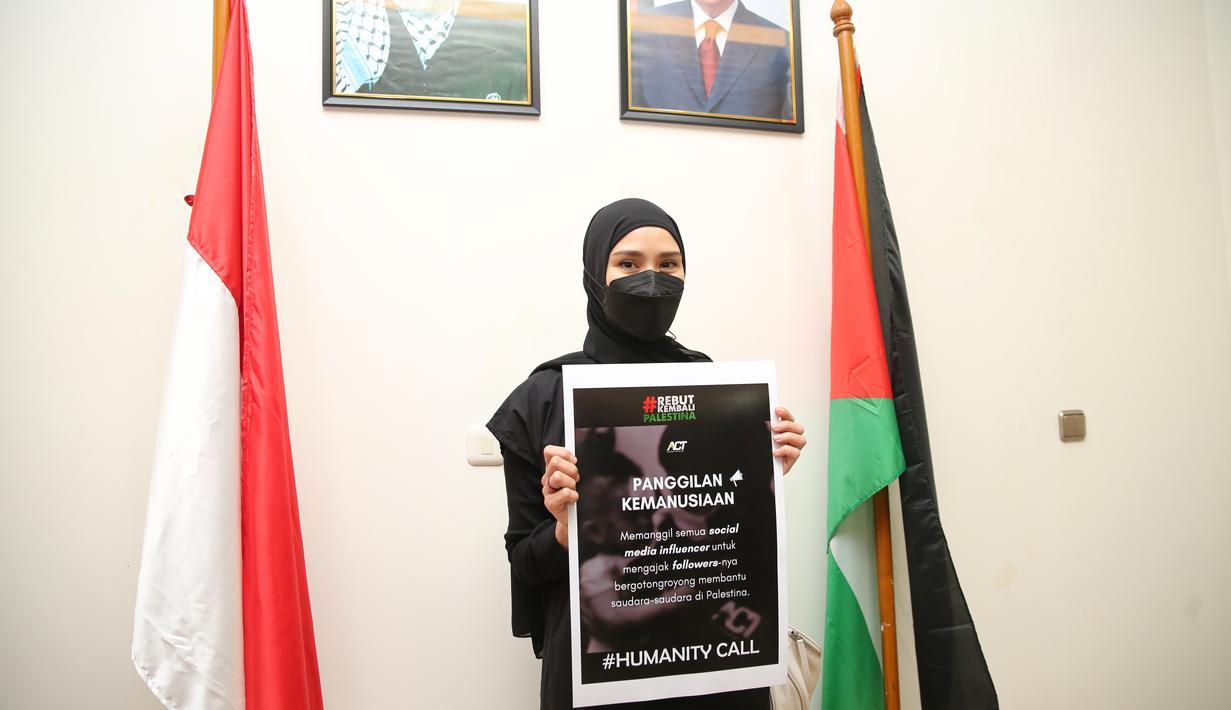 Zaskia Adya Mecca menyambangi kedutaan Palestina di kedubes Palestina 19-05-2021. adrian.putra / Fimela.