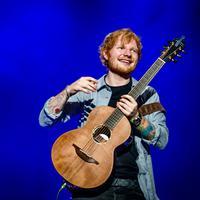 Ed Sheeran juga mengunggah fotonya bersama James Blunt di akun media sosial miliknya, difoto yang diunggahnya ia memberi keterangan yang menyatakan telah bertunangan. (Bintang/EPA)