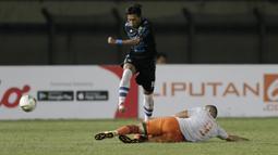 Aksi Syafril Lestaluhu pada laga lanjutan Piala Presiden 2019 yang berlangsung di Stadion Si Jalak Harupat, Kabupaen Bandung, Selasa (12/3). Persib Menang 4-0 atas Perseru. (Bola.com/Yoppy Renato)