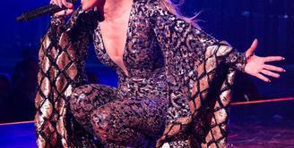 Artis cantik Jennifer Lopez tak pernah luput dalam memperhatikan penampilannya. Terbukti dimanapun dia berada dan dalam acara pun, penyanyi yang akrab disapa Jlo ini selalu tampil menunjukan kemewahannya. (Instagram/Jlo)