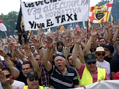 Sejumlah orang yang tergabung dalam Serikat Pekerja Taksi Spanyol menggelar demonstrasi di Madrid, Spanyol, Selasa (30/5). Sopir taksi Spanyol  memprotes layanan mobil berbasis online karena harganya terlalu murah. (AP Photo / Francisco Seco)