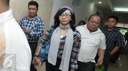 Relawan LRJ tambahkan sejumlah bukti terkait kasus Ahmad Dhani ke Polda Metro Jaya, Jakarta, Rabu (16/11). Sebelumnya, Ahmad Dhani dilaporkan Relawan Jokowi karena dianggap menghina Presiden Jokowi. (Liputan6.com/Yoppy Renato)