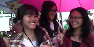Hujan sejak siang mengguyur GBK, namun para penggemar One Directions tetap bergairah menantikan idola mereka.