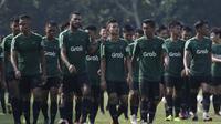 Pemain Timnas Indonesia U-22, Marinus Wanewar, bersama rekan-rekannya saat latihan di Lapangan ABC Senayan, Jakarta, Senin (7/1). Latihan ini merupakan persiapan jelang Piala AFF U-22. (Bola.com/Vitalis Yogi Trisna)