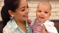Titi Kamal dan putranya, Kai Attar [foto: instagram]