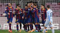 Pemain Barcelona merayakan gol yang diciptakan LIonel Messi lewat sundulan saat menghadapi Valencia di lanjutan Liga Spanyol, Sabtu (19/12/2020) (AFP)
