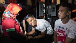 Pesepak bola, Febri Hariyadi memberi tanda tangan saat peluncuran Nike Born Mercurial 360 di Fisik Football, Jakarta, Rabu (7/3/2018). Nike merilis model terbaru Nike Mercurial Superfly dan Vapor 360. (Bola.com/Vitalis Yogi Trisna)