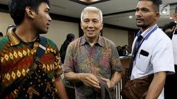 Bendahara Umum KONI Jhonny E Awuy tersenyum usai menjalani sidang perdana sebagai terdakwa di Pengadilan Tindak Pidana Korupsi (Tipikor), Jakarta, Senin (11/3). Sidang tersebut mengagendakan pembacaan Surat Dakwaan. (Liputan6.com/Johan Tallo)