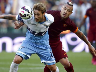 Lazio malakoni laga derby kontra AS Roma dalam lanjutan Serie A Italia di Stadion Olimpico, Selasa dini hari (26/5/2015). Laga ini sangat menentukan posisi kedua tim di klasemen akhir serie A. Lazio menyerah 0-1 dari AS Roma. (Reuters/Tony Gentile)
