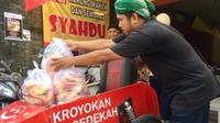 Joko saat hendak mensuplai makanan gratis Kroyokan Sedekah. (KRJogja.com/FX Harminanto)
