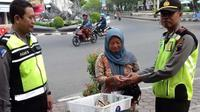 Isi di plastik hitam membuat sang ibu penjual sayur keliling itu terperangah. (Liputan6.com/Fajar Eko Nugroho)