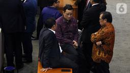 Sejumlah anggota dewan duduk di meja menunggu mulainya Sidang Paripurna ke-3 Masa Persidangan I Tahun Sidang 2019-2020, di Kompleks Parlemen, Senayan, Jakarta, Selasa (22/10/2019). Sidang Paripurna membahas penetapan jumlah komisi-komisi di DPR RI. (Liputan6.com/Johan Tallo)