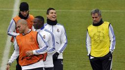 Saat di Real Madrid, Jose Mourinho bertahan selama tiga musim, mulai 2010/2011 hingga akhir musim 2012/2013. Ia dipecat pada 1 Juni 2013 dengan mendapat pesangon sebesar 17,5 juta pound atau sekitar Rp.356 miliar. (AFP/Dominique Faget)
