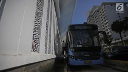 Sebuah bus Transjakarta berhenti di Halte Bundaran Hotel Indonesia (HI), Jakarta, Senin (25/3). Halte Bundaran HI menjadi halte Transjakarta pertama yang terintegrasi fisik secara langsung dengan stasiun Moda Raya Terpadu (MRT). (Liputan6.com/Faizal Fanani)
