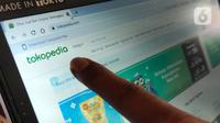 Pelanggan mengecek website tokopedia di Tangerang, Senin (4/5/2020). Tokopedia baru saja diserang hacker, yang mana menyebabkan data kredensial sekitar 91 juta akun pengguna dan 7 juta akun merchant bocor. (Liputan6.com/Angga Yuniar)