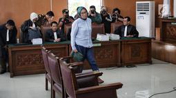 Ratna Sarumpaet menuju kursi terdakwa dalam sidang lanjutan kasus dugaan penyebaran berita bohong atau hoaks di Pengadilan Negeri Jakarta Selatan, Selasa (14/5/2019). Sidang tersebut dengan agenda pemeriksaan terhadap dirinya. (Liputan6.com/Faizal Fanani)