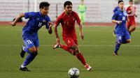 Bek Thailand Saringkan Promsupa beradu cepat dengan bek Timnas Indonesia U-22 Asnawi Mangkualam pada laga SEA Games 2019 di Stadion Rizal Memorial, Manila, Filipina, Selasa (26/11/2019). Indonesia menang 2-0 atas Thailand. (Bola.com/M Iqbal Ichsan)