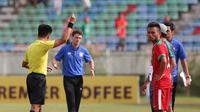 Momen saat pemain timnas Indonesia U-19, Saddil Ramdani mendapatkan kartu merah pada laga semifinal Piala AFF U-18 2017 melawan Thailand. (Liputan6.com/Yoppy Renato)
