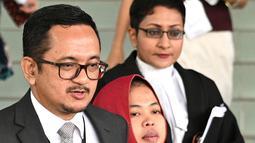 Warga negara Indonesia Siti Aisyah meninggalkan Pengadilan Tinggi Shah Alam, Kuala Lumpur, Malaysia, Senin (11/3). Seorang jaksa penuntut umum menarik tuduhan pembunuhan yang dilakukan Siti Aisyah.  (AFP Photo/ Mohf Rasfan)