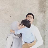 Melalui akun Instagramnya, baik Ditto dan Ayudia kerap kali mengunggah momen lucu Sekala. Tak heran jika banyak warganet yang menyukai tingkah lucunya Sekala saat sedang menyium Ayudia. (Liputan6.com/IG/@ayudiac)