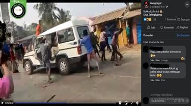 Gambar Tangkapan Layar Video yang Diklaim Warga India Keroyok Polisi karena Frustasi Terhadap Isu Covid-19 (sumber: Facebook)